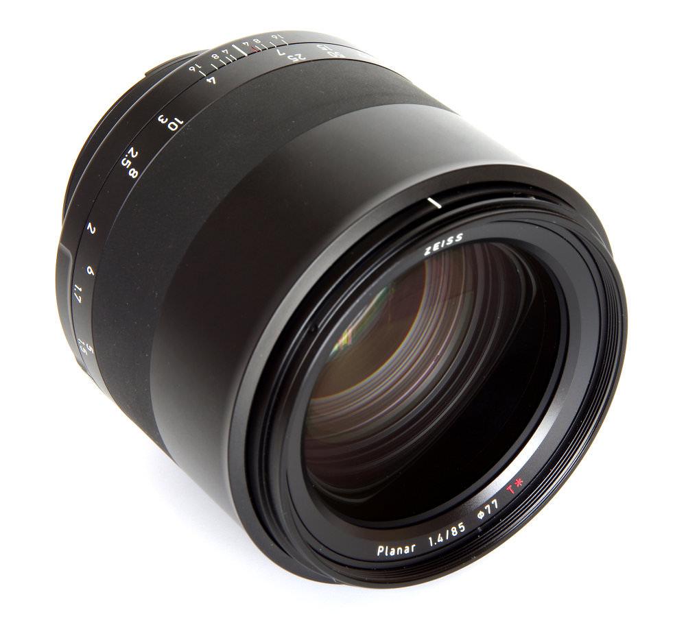 Zeiss Milvus 85mm F1,4 Front Oblique View