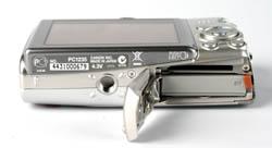 Canon IXUS 950 IS bottom view