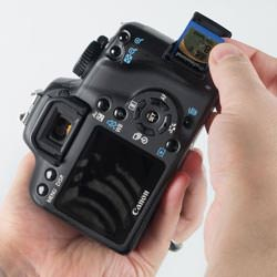 Canon EOS 1000D inserting the card