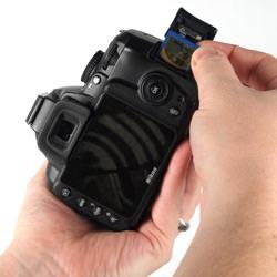 Nikon D3000 inserting the card
