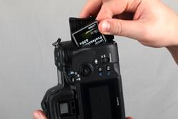 Sony Alpha A850 inserting the card