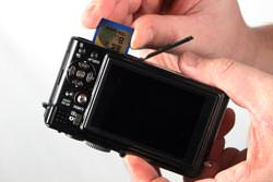 Panasonic Lumix DMC-LX3 inserting the card