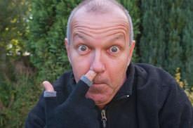 etre touchy in use - nose picking!