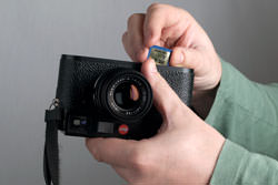 Leica M9 inserting the card