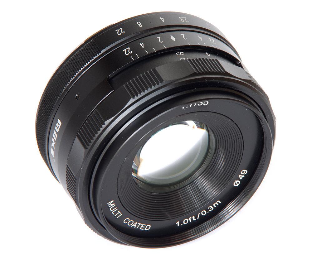 Meike 35mm F1,7 Front Oblique View