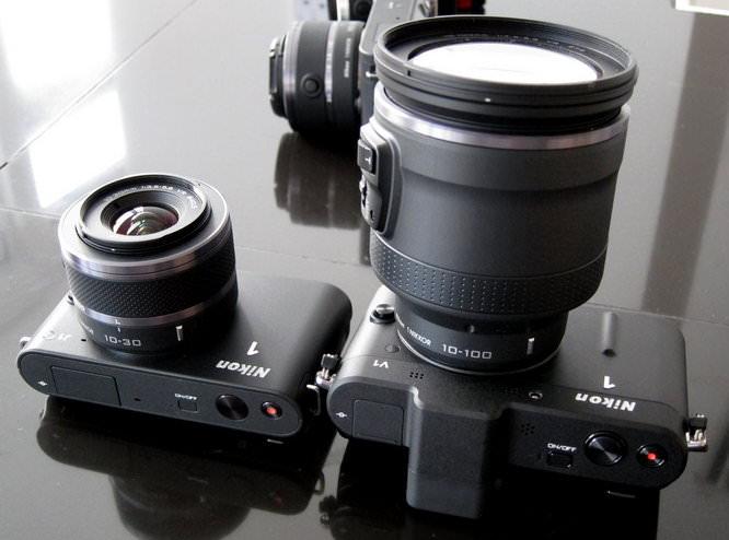 Nikon 1 J1 next to Nikon 1 V1 - Lenses collapsed