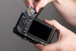 Panasonic Lumix DMC-Gf1 inserting the card
