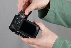 Olympus E-P2 vs Panasonic Lumix DMC-GF1 Panasonic inserting the card