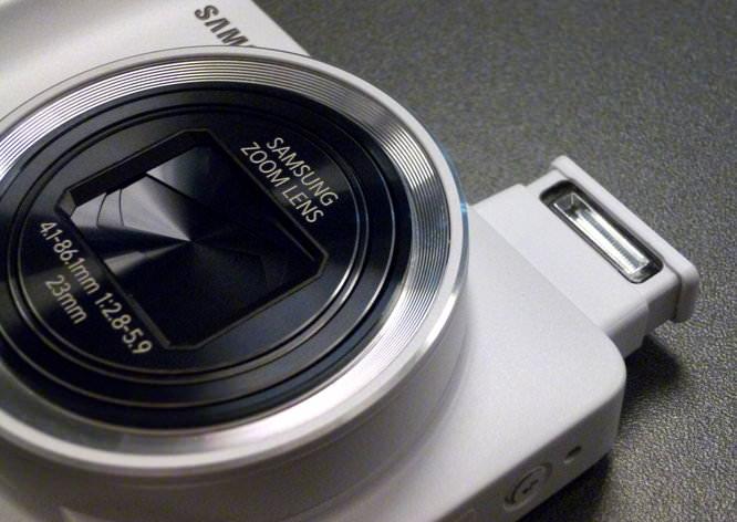 Samsung Galaxy Camera Hands On White - Flash