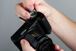 Samsung WB5000 inserting the card