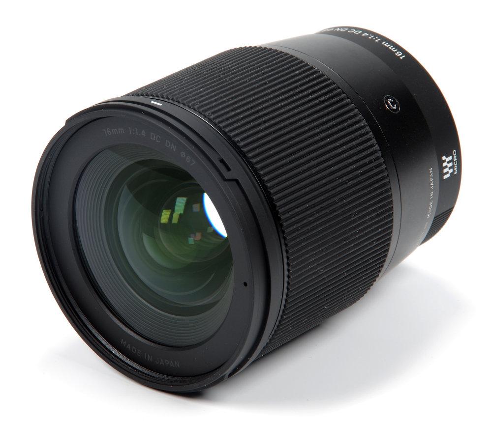 Sigma Af 16mm F1,4 Front Oblique View