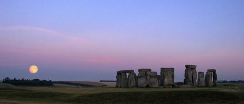 Moonrise at Stonehenge by rogerbryan