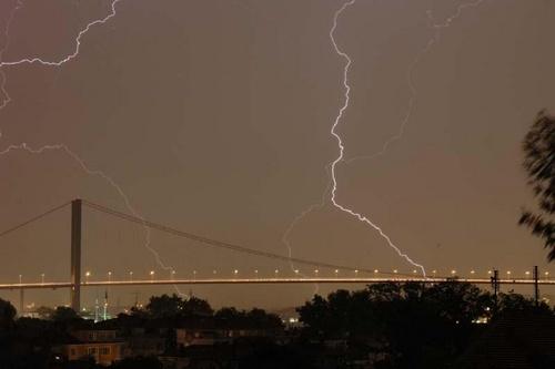 lightning by saramalik