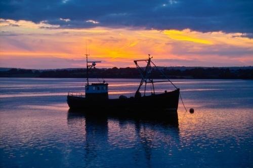 Boat at dusk by o_neip