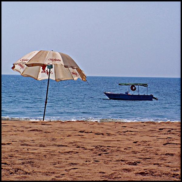 beach / boat / brolly by mark2uk