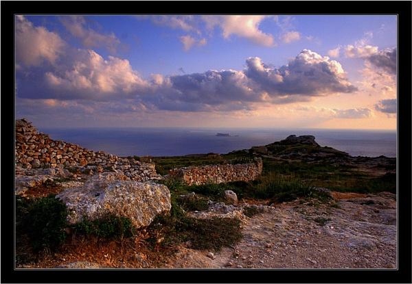 Evening cliffwalk by KingArthur