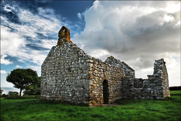 Lligwy Ruins by kevski