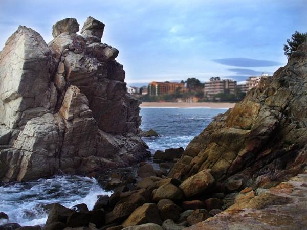Through A Gap In The Rocks by chensuriashi