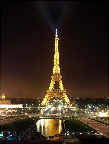 Le Tour Eiffel a nuit by C_Daniels