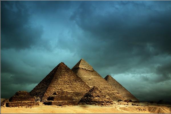 Les Pyramides by jerishoots