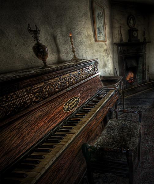 Piano.. by thearmsofvenusdemilo