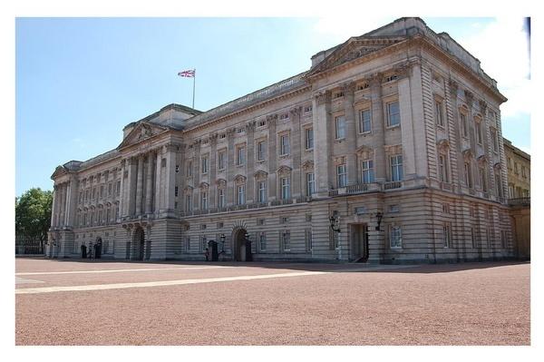 Buckingham Palace by mollye