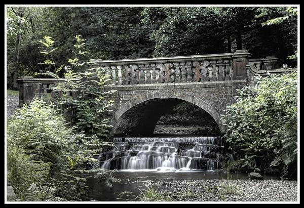 Bridge and small weir Sunnyhurstwood by mickp