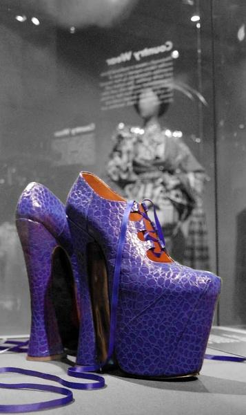 Naomi\'s shoes by dunczilla