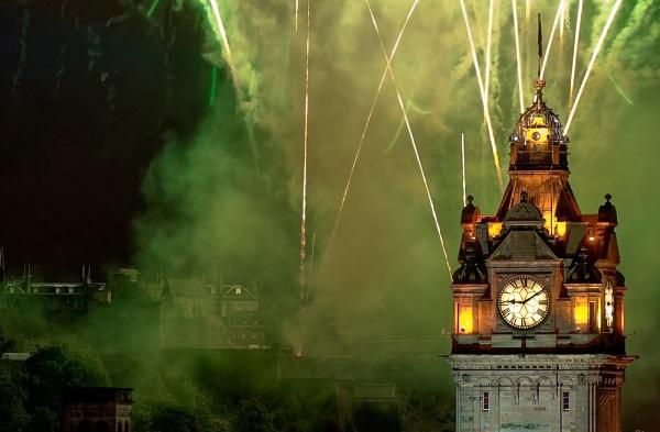 Edinburgh Festival Fireworks 2008 by discreetphoton