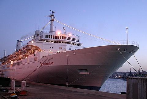 Cruise Ship by shoppingdolly