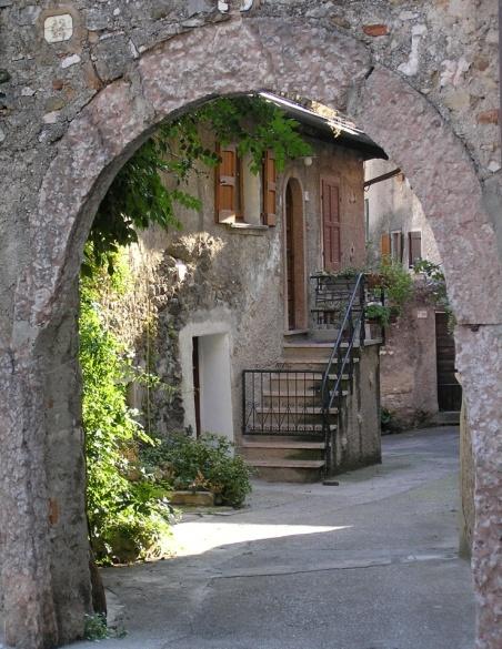 Malcesine courtyard by Billyray