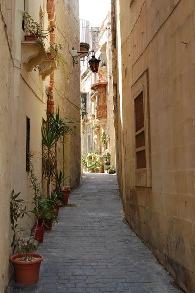 A back street in Mdina, Malta by wennyb