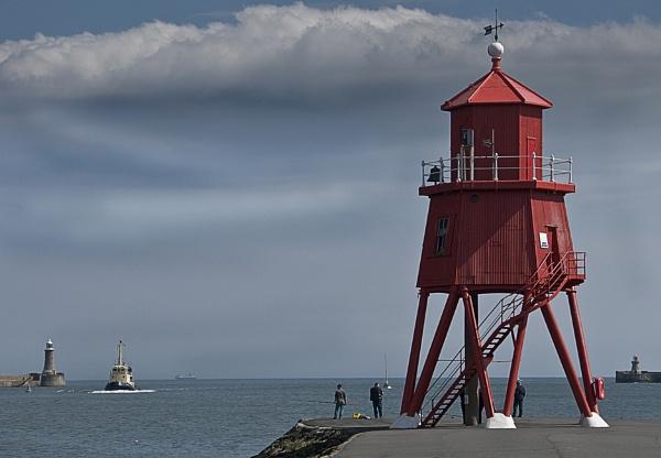 Groyne Lighthouse South Shields by hwilkinson