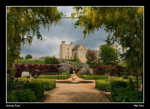 Helmsley Castle by oldgreyheron
