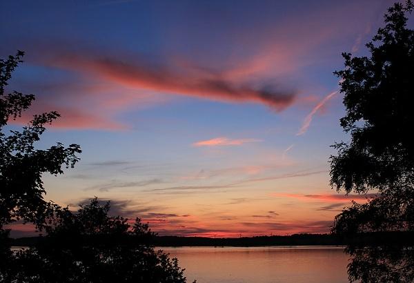 Sunset on Lac de Pareloup by born2bongo