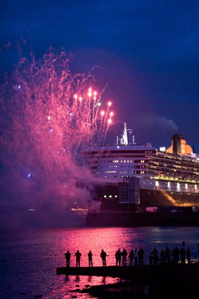 QM2 Fireworks by iajohnston