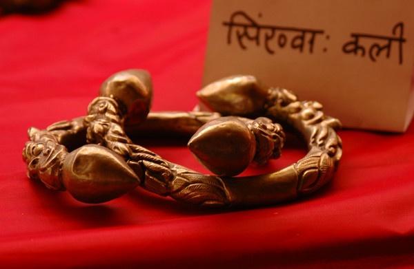 Kali a jwellery put on leg by phal