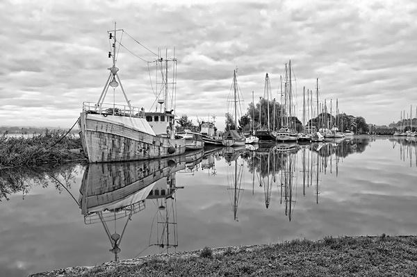 Boats at Turf lock by manindevon