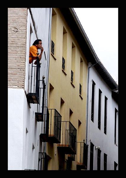 Hombre en camiseta naranja, Albaicín, Granada by roverfoxy9