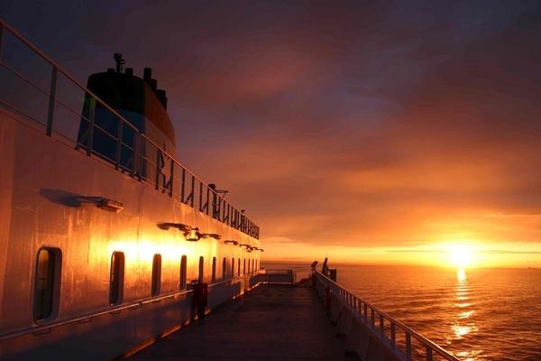 sunset ship by mellowsoup