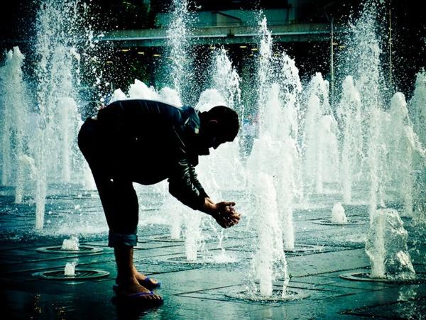 Busker washing in Fountain by ianfox