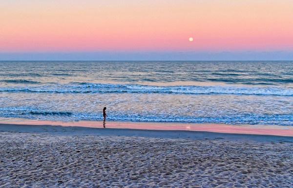 Moon Rise by jpenaloz