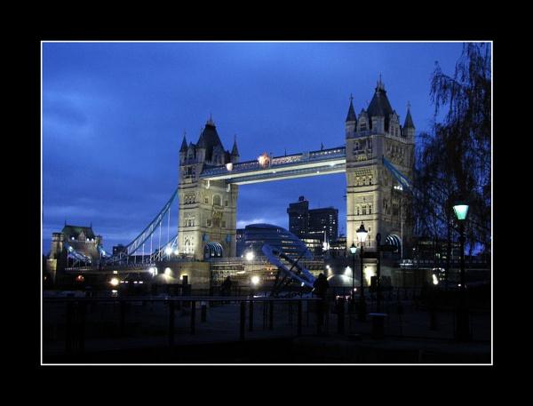 Tower Bridge by Swanvio