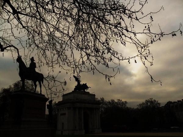 Quadriga & Wellington in a dark day. by Chinga