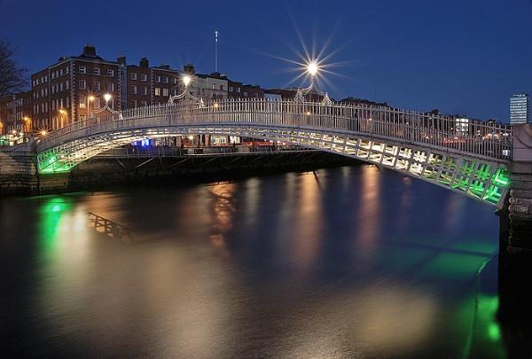 Ha\'penny Bridge in Dublin by arpad
