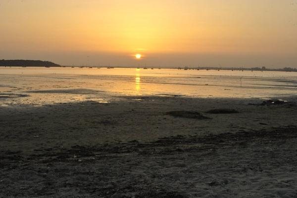 Low tide sun set by suekib