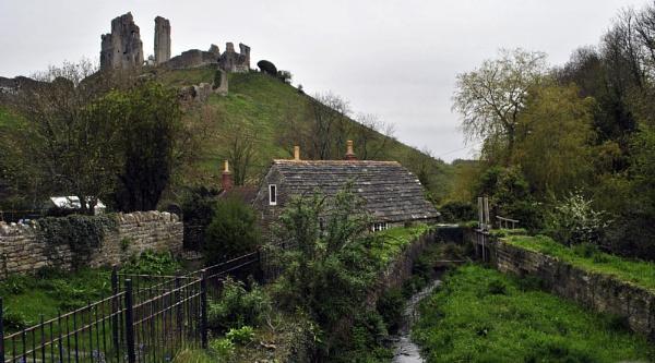 Corfe Castle by suekib