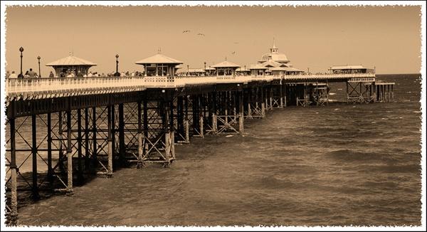 Llandudno Pier by tonyng