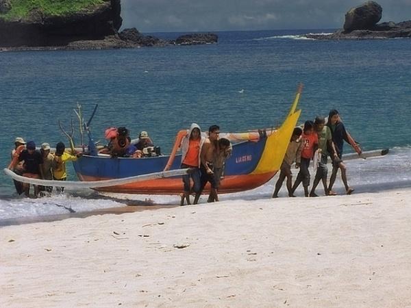 lifting canoe by widjaba