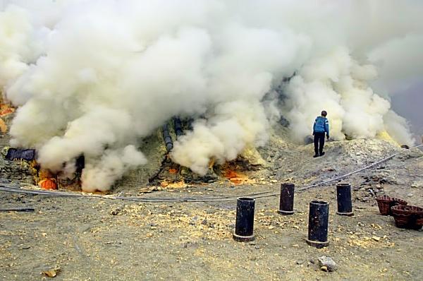 Sulfur in Ijen plateau by widjaba